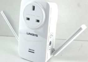 Linksys_RE6700-Photo-arms-out-800x630